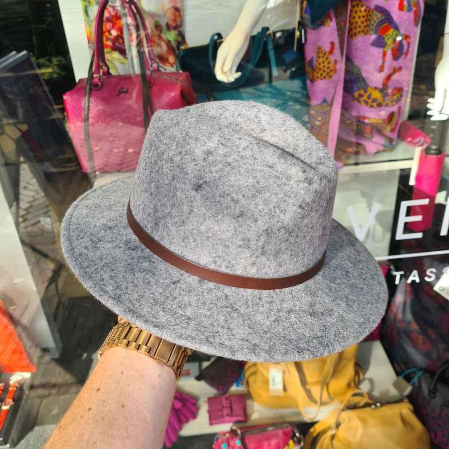 Grijs wollen hoed met bruin riempje