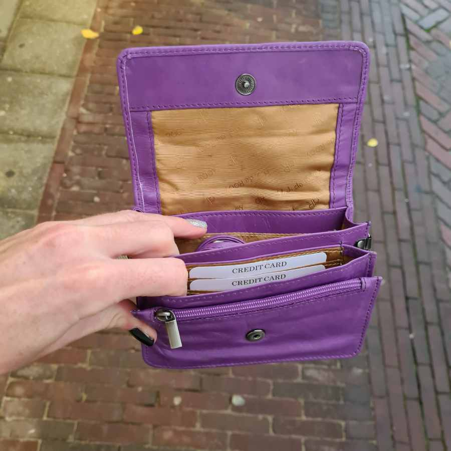 Lila vierkant leren tasje met klep en handige vakjes