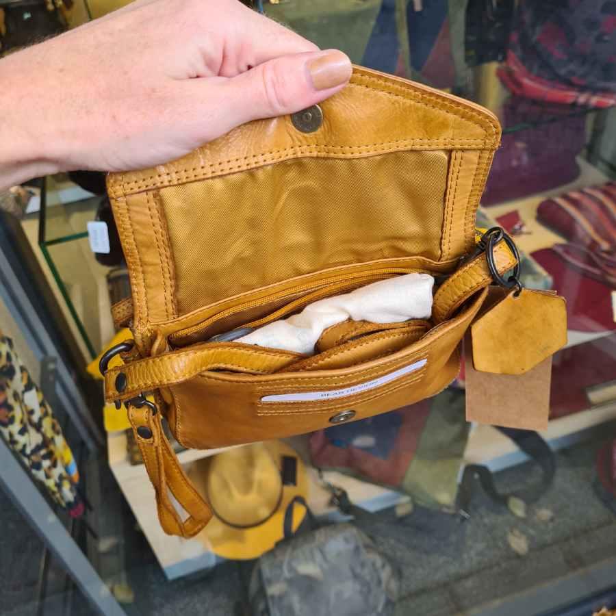 Riemtasje Bear Design met klepje in geel