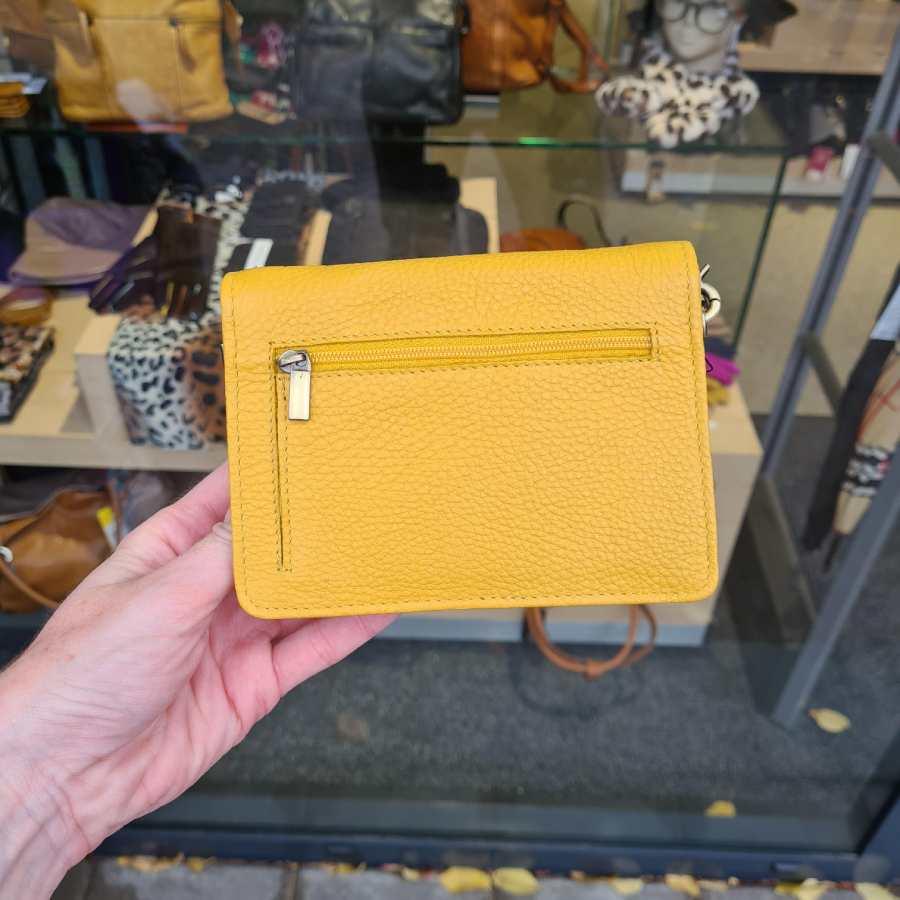 Vierkante clutch met veel vakken in geel