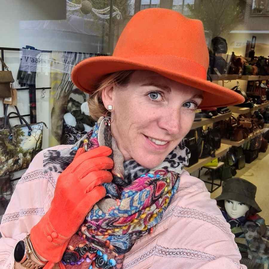 Wollen hoed in oranje met stoffen rand