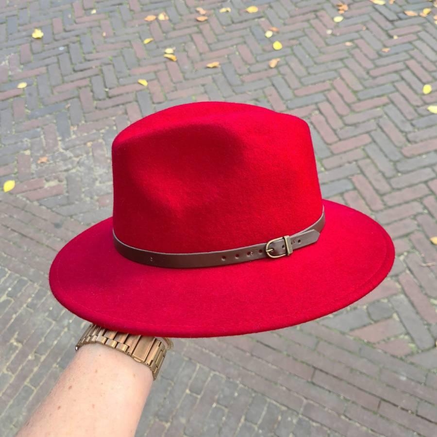 Wollen hoed met riempje in rood bruin gesp