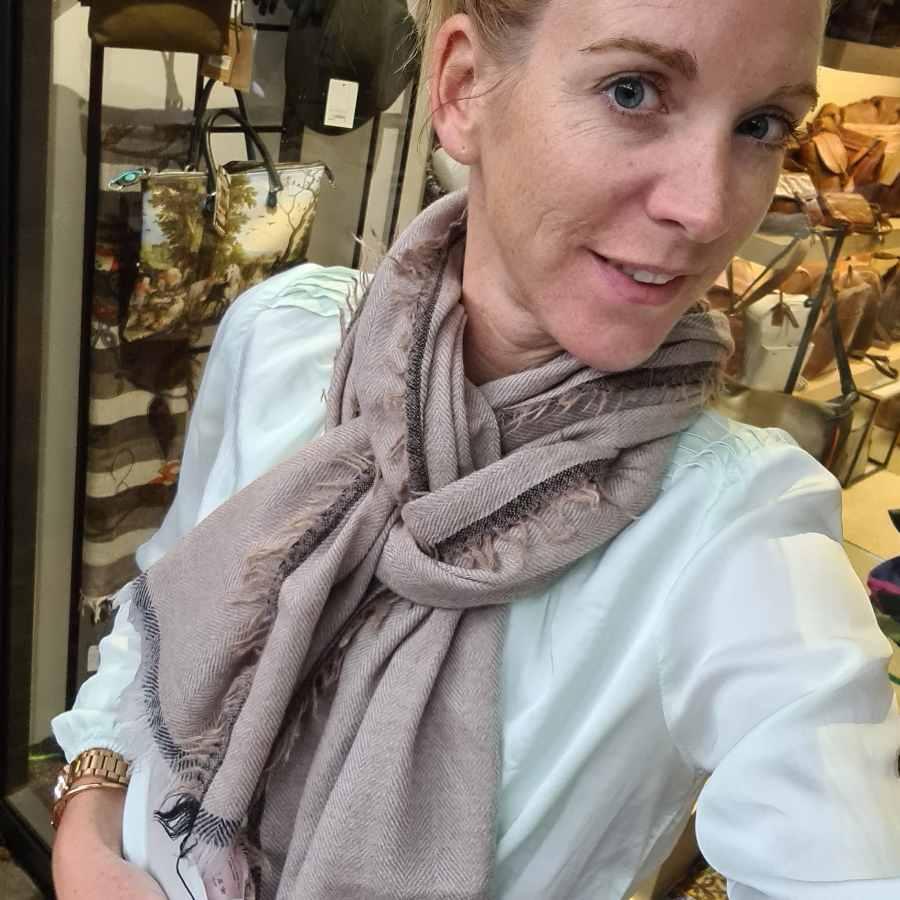 Wollen sjaal beige onafgewerkte rand