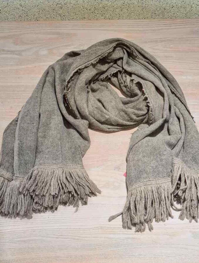 Wollen sjaal taupe met goud en franjes