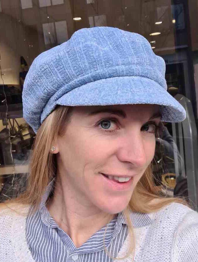 Lichtblauw petje dames met klep met stroken