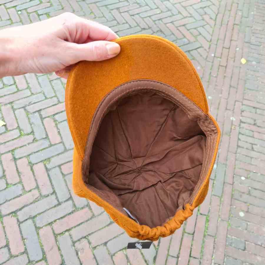 Oranje petje met klep van wol met elastiek