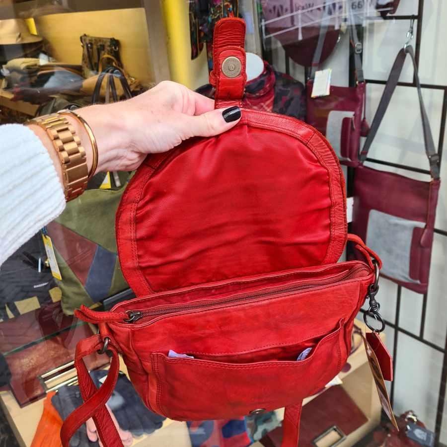 Rood leren schoudertas met veel handige vakken van Bear Design