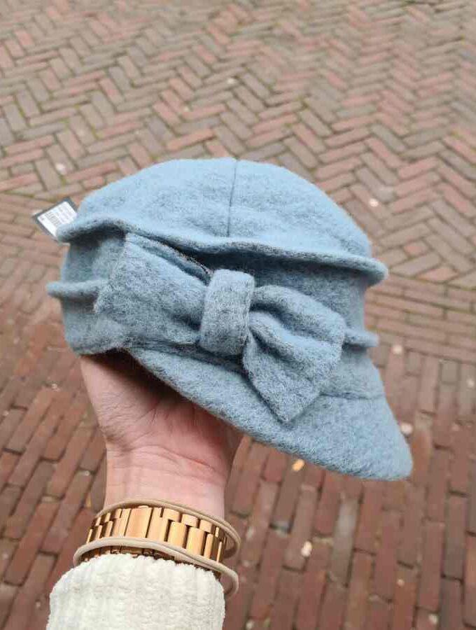 Petje van wol in lichtblauw met strik