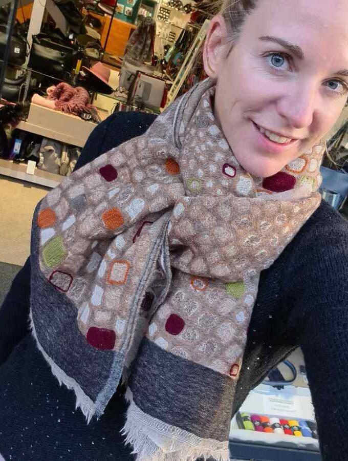 Beige sjaal wol met blokken oranje en groen