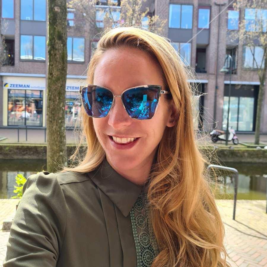 Blauwe zonnebril met hoekige spiegelglazen