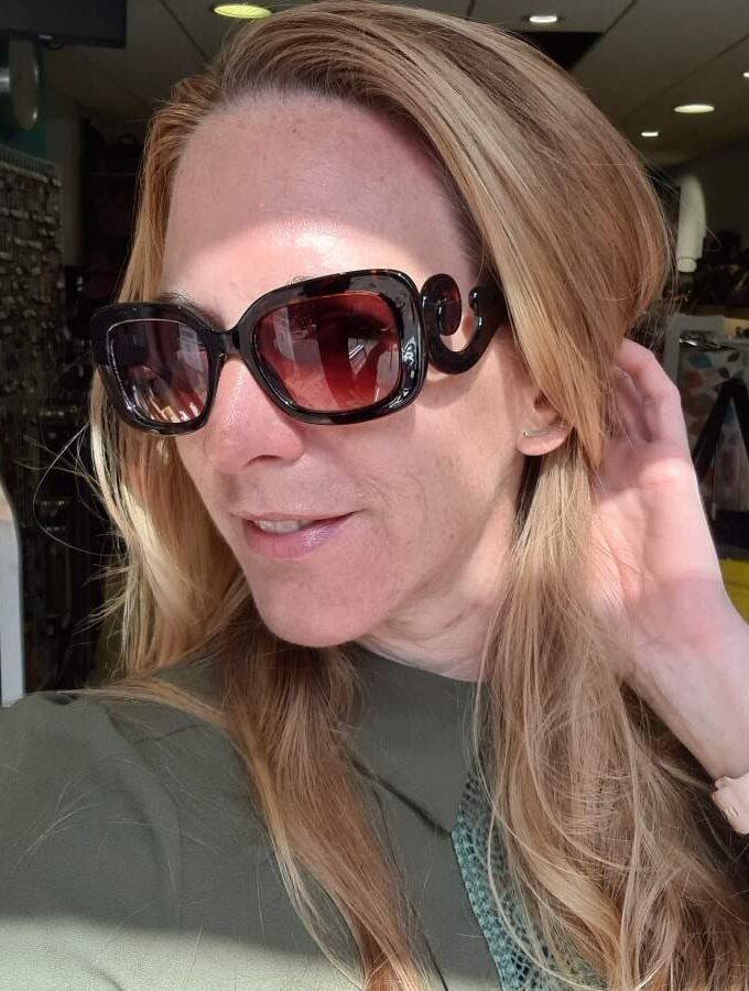 Bruine zonnebril met gekrulde pootjes