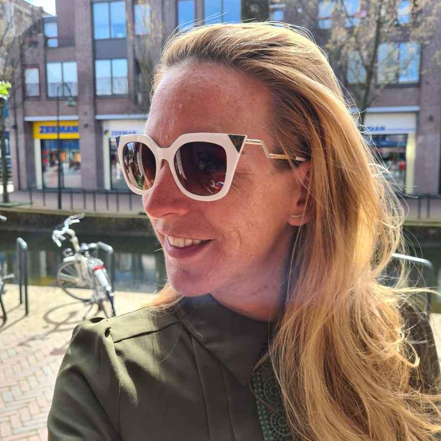 Witte zonnebril goudkleurige hoeken