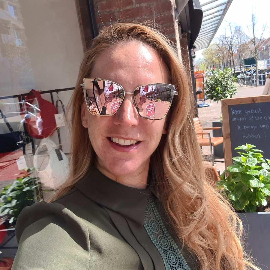 Zonnebril hoekige spiegelglazen roze