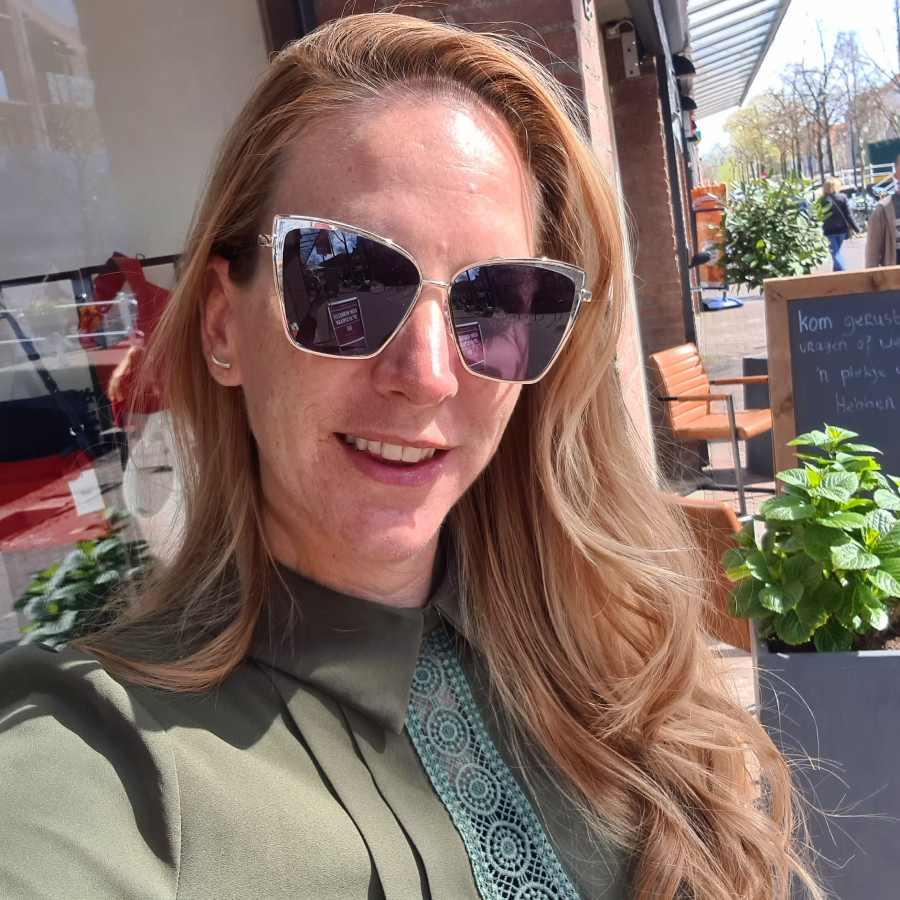 Zwarte zonnebril hoekige glazen