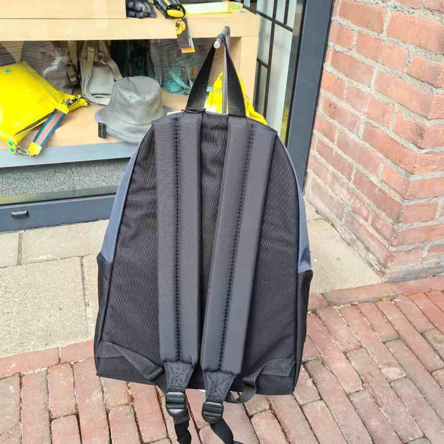 black padded eastpak achterkant