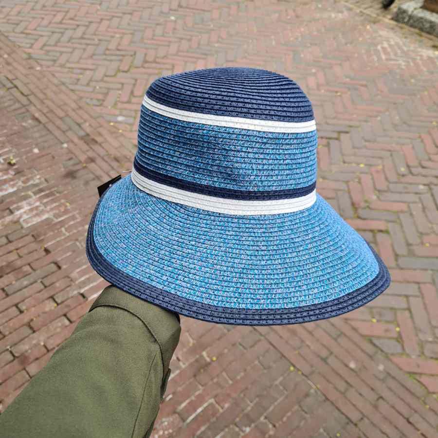 blauw hoedje met strepen wit