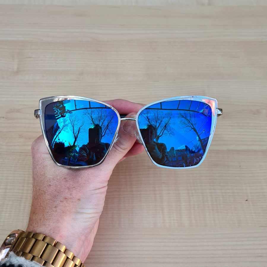 blauwe zonnebril spiegel