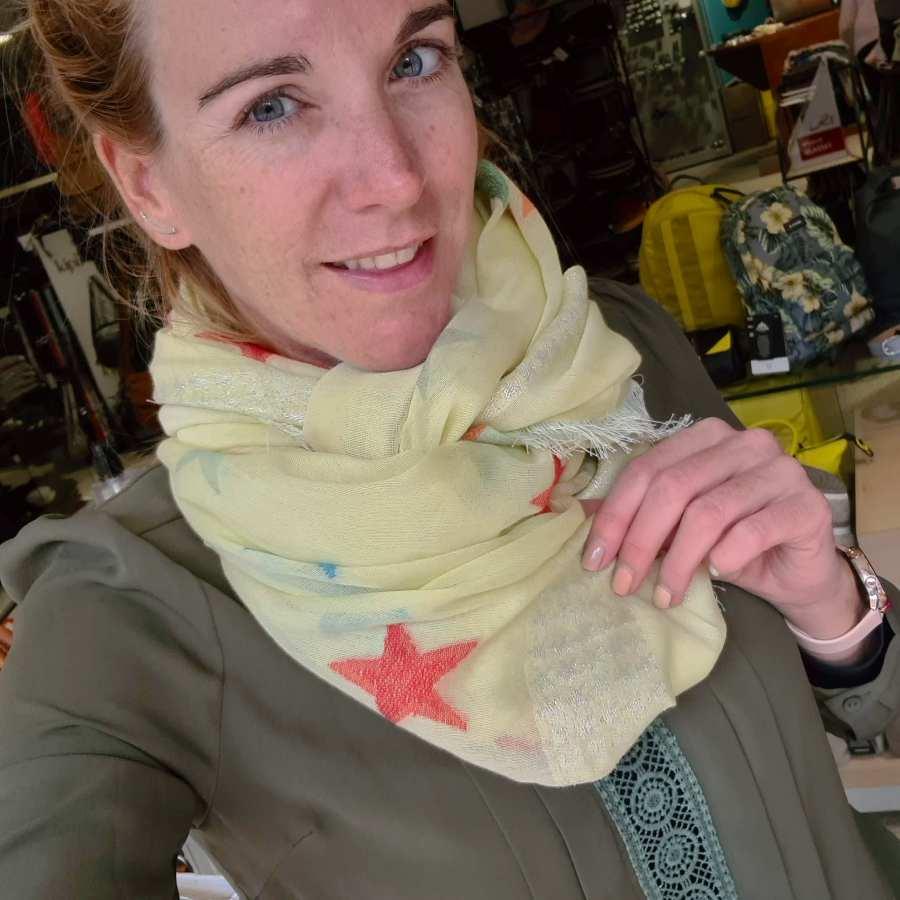 gele sjaal gekleurde sterren