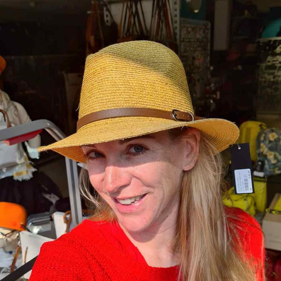 hoed geel stro