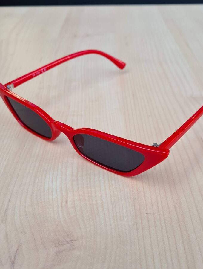trendy zonnebril rood klein smal model hoekig