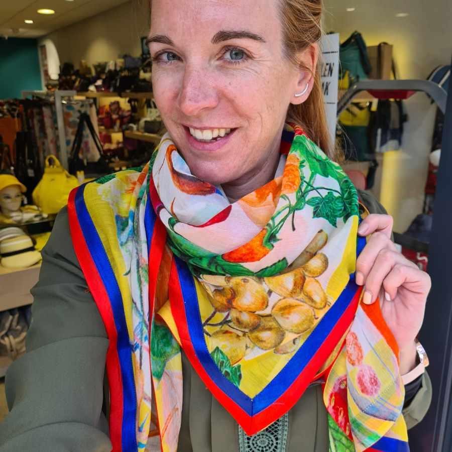 mooie sjaal met vogel en veel kleur