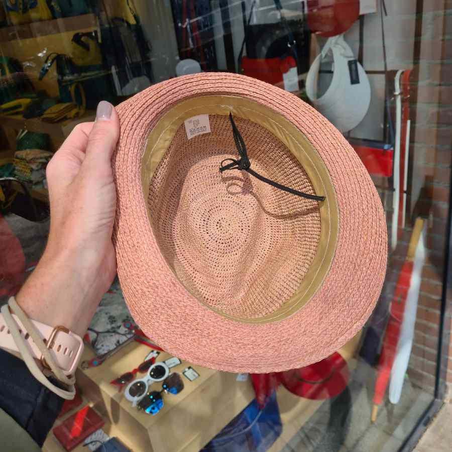 roze hoedje echt stro binnenkant