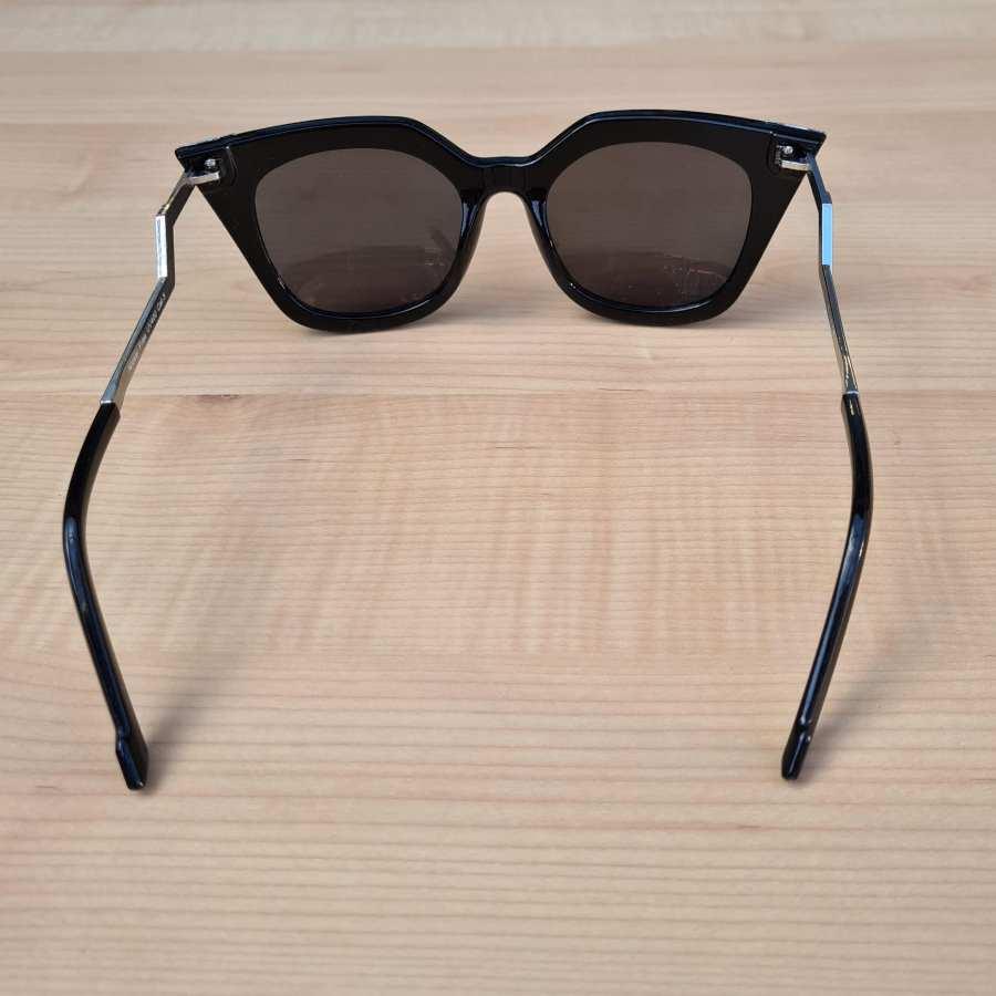 zonnebril hoekig zwart montuur detail
