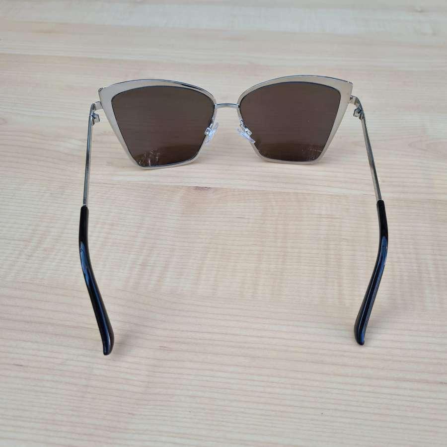 zonnebril met blauwe glazen achterkant