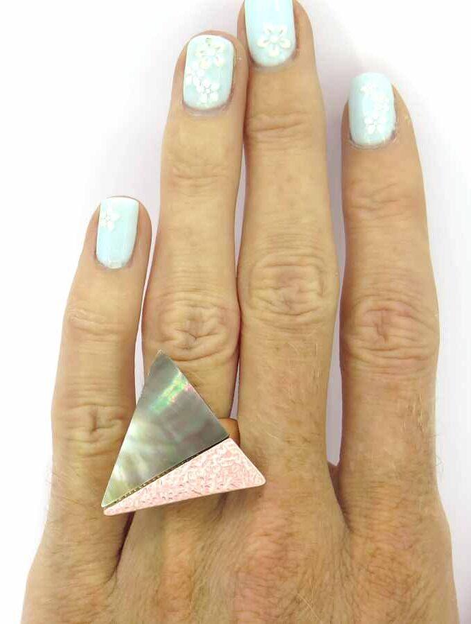 Ring elastiek roze driehoek parelmoer