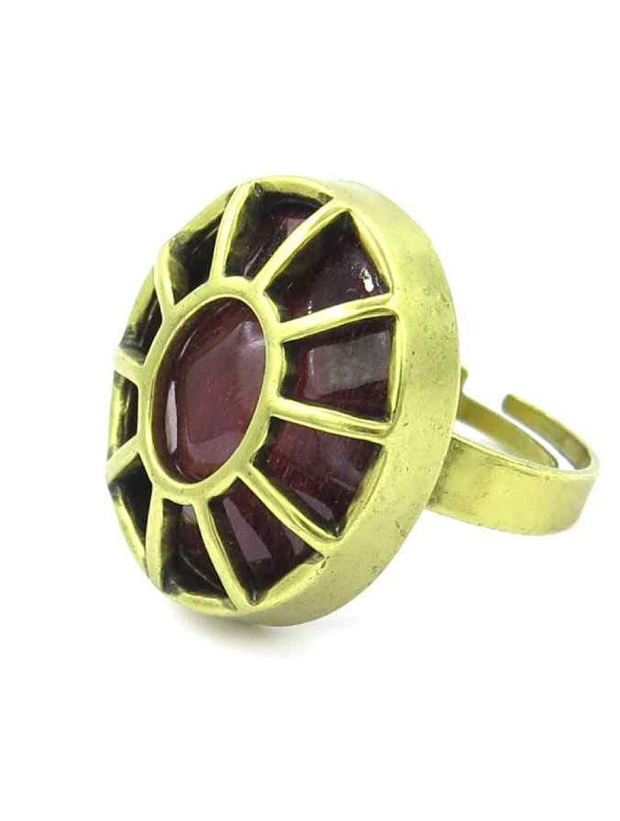 Goudkleurige ring donkerrode steen
