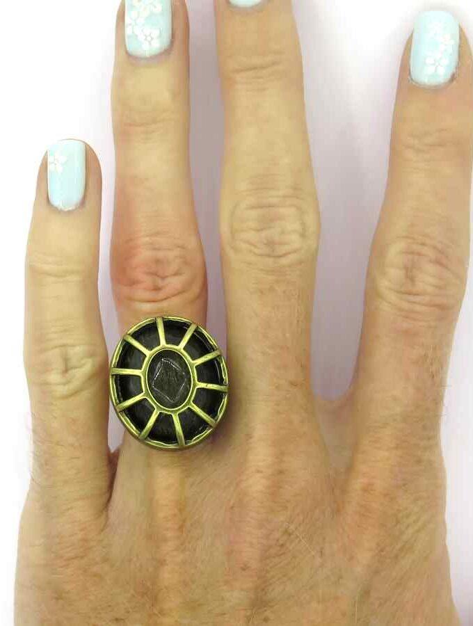 Goudkleurige ring grijze steen