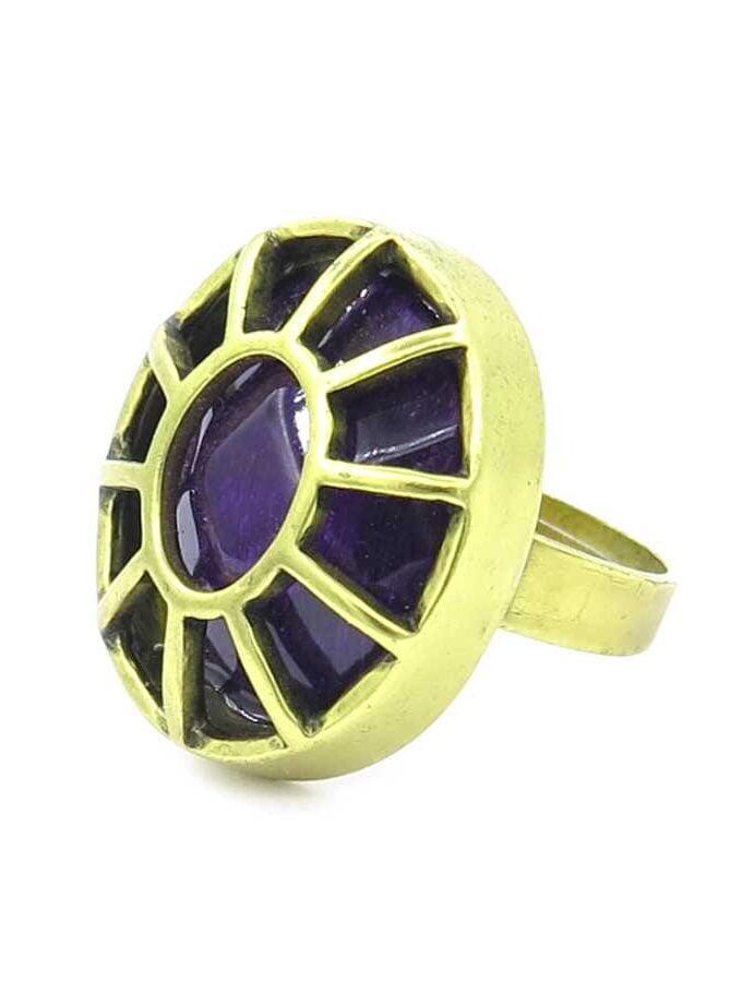 Goudkleurige ring paars steen