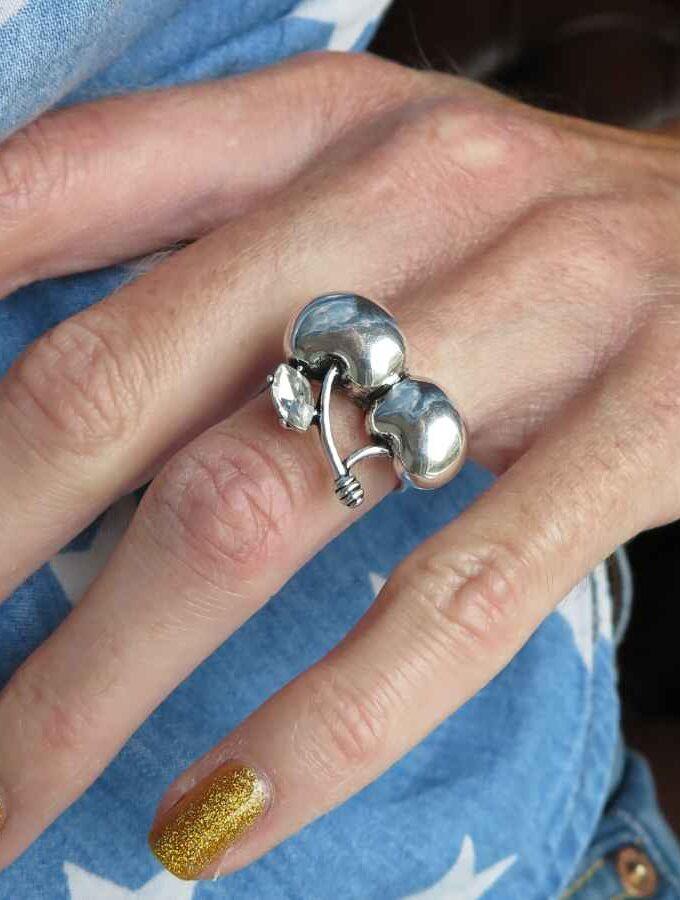 Ring zilverkleurig kersen en steen