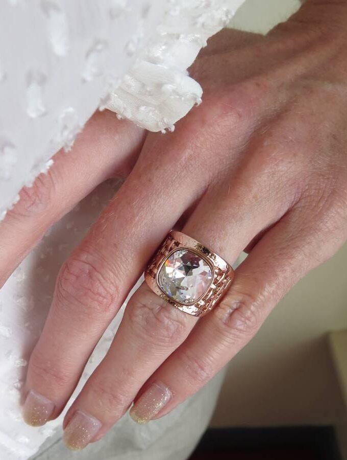 Ring rosé elastiek witte steen