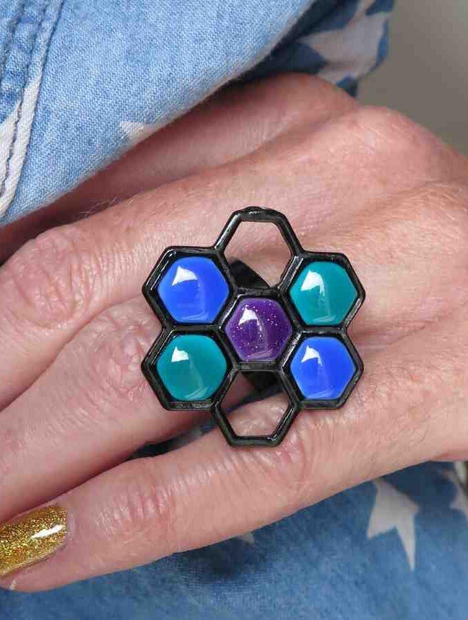Ring zwart zeshoek blauw en groen