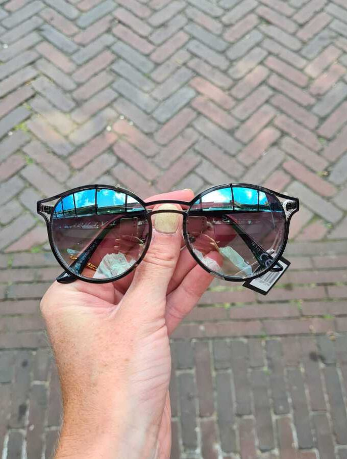 Zwarte zonnebril spiegelende glazen rond